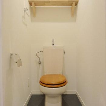 トイレはめずらしい木製便座がかわいい