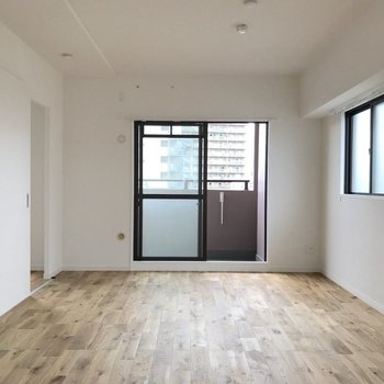 窓が多くて明るい室内◎ ※写真は前回施工のお部屋