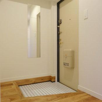 広々玄関スペース。白の磁器タイルでさわやかに