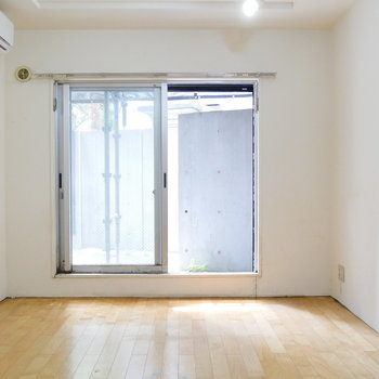 窓は南向き。 ※クリーニング前の写真です