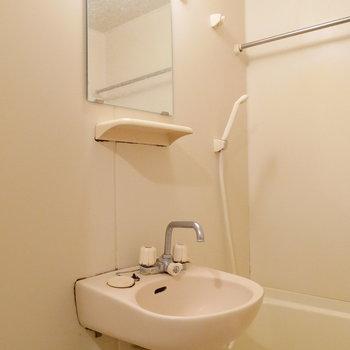 洗面台はユニットタイプです。 ※クリーニング前の写真です