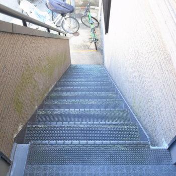 【共用部】お部屋までは階段で。エントランスはありません。