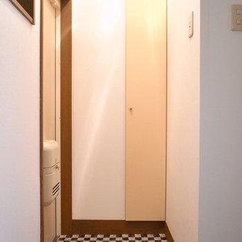 玄関はコンパクト。チェッカーフラグみたい。