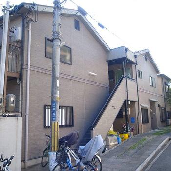 2階建のベージュのアパートです。