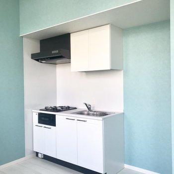 キッチンは真っ白!(※写真は2階の同間取り別部屋のものです)
