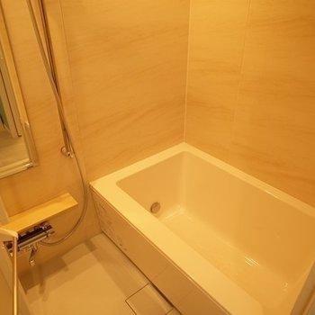 """お風呂は大きめのものが""""これは贅沢だ!(※写真は2階の同間取り別部屋のものです)"""