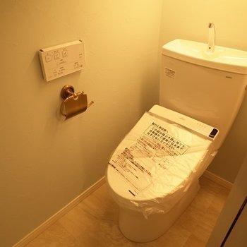 トイレはもちろんウォシュレット付!(※写真は2階の同間取り別部屋のものです)