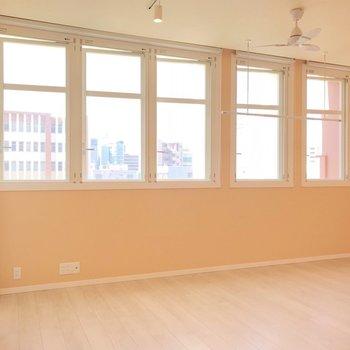 お部屋に入ると、5つの窓がお出迎え。(※写真は4階の同間取り別部屋、清掃前のものです)
