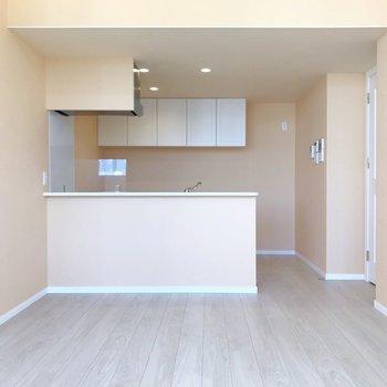 キッチンはどっしり大きな対面式。(※写真は4階の同間取り別部屋、清掃前のものです)
