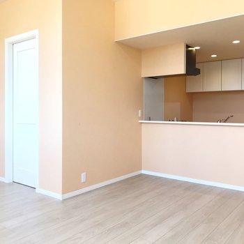 ピンクグレープフルーツのような色が広がる、爽やかなお部屋。(※写真は4階の同間取り別部屋、清掃前のものです)