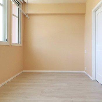 もう1箇所はこちら側。扉の前には天蓋付きベッドを置きたいなぁ。(※写真は4階の同間取り別部屋、清掃前のものです)
