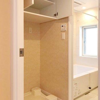 洗濯機の上の棚が便利です。(※写真は4階の同間取り別部屋、清掃前のものです)