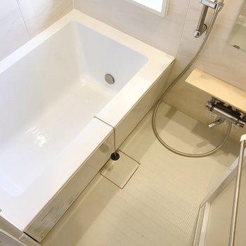 お風呂は窓付きで、とても明るい!(※写真は4階の同間取り別部屋、清掃前のものです)