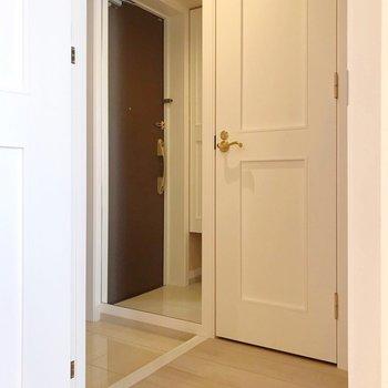 廊下側に脱衣所とトイレ。(※写真は4階の同間取り別部屋、清掃前のものです)