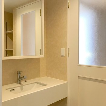 反対側には大きな鏡付きの洗面台。朝の支度が楽しくなりそう!(※写真は4階の同間取り別部屋、清掃前のものです)