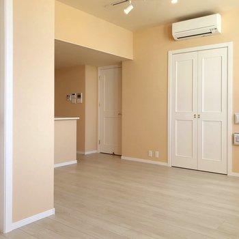 お部屋はL字。こだわりのダイニングテーブルを置きたい。(※写真は4階の同間取り別部屋、清掃前のものです)