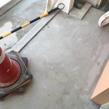 バルコニーは小さめです。※工事中の写真です。