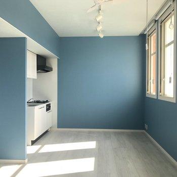 真っ青な爽やかなお部屋。いるだけで元気になりそう!
