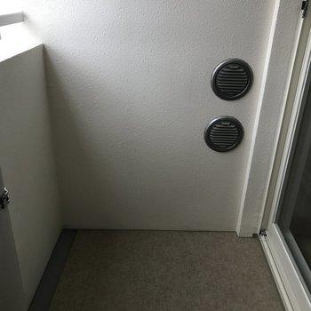 バルコニーはかなりコンパクト。※写真は7階の同間取り別部屋です。