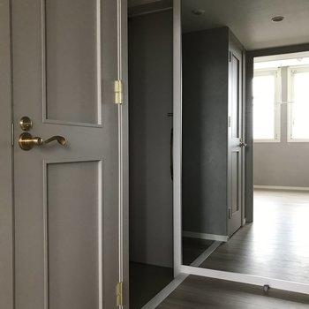 玄関には大きな鏡までついています。※写真は7階の同間取り別部屋です。