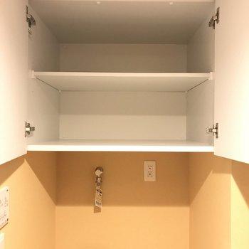 上部には収納棚も。
