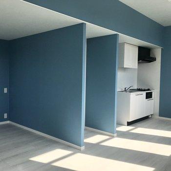 キッチンが白なのが爽やかさ+。(※写真は2階の同間取り別部屋のものです)