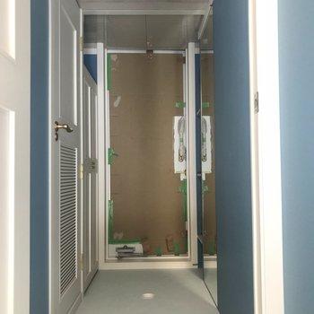 玄関周りも青(※写真は2階の同間取り別部屋、工事中のものです)