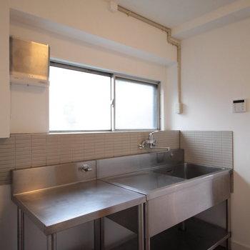 キッチンはこちら、業務用を無骨にどうぞ。※写真は前回募集時のものです。