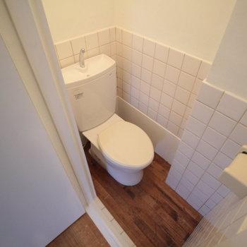 トイレもコンパクト。ウォシュレットありませんが、お部屋の雰囲気にはマッチしてますね。※写真は前回募集時のものです。