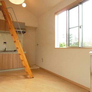 階段とキッチンスペース。※写真は前回募集時のものです