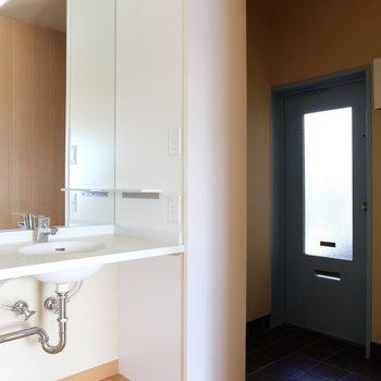 水色の扉ですよ!洗面台もここに※写真は前回募集時のものです