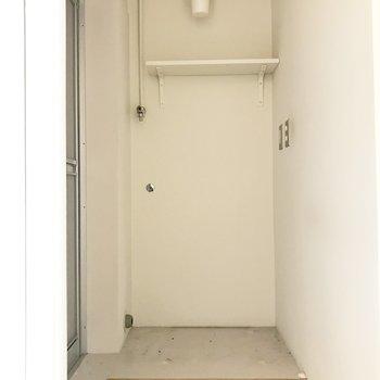 洗濯機置き場の上にも棚が付いていてとっても便利!