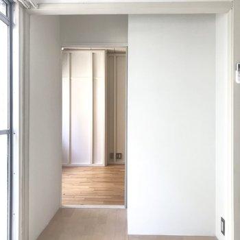 縁側側からリビングを。入り口横の白い壁もDIY可能!何しようかな〜