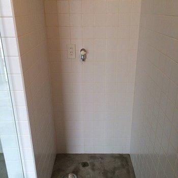トイレの反対が洗濯機置場 ※写真は同間取り別室です。