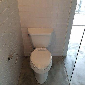 トイレもガラス張り ※写真は同間取り別室です。
