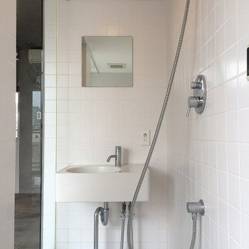 洗面台とお風呂の洗い場が近いのが惜しい。 ※写真は同間取り別室です。