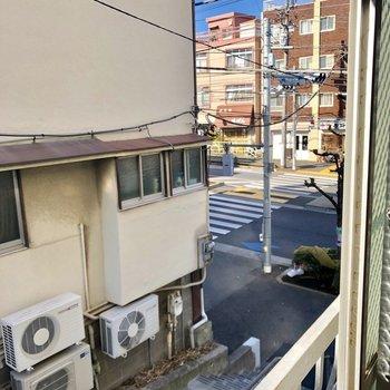窓から通りを見下ろせます