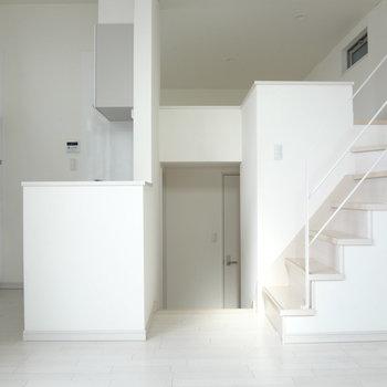 階段をはさんで右はロフト、左はキッチンです。