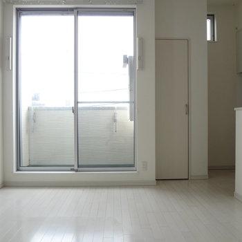 日当たりも◎この窓からバルコニーに出られます。