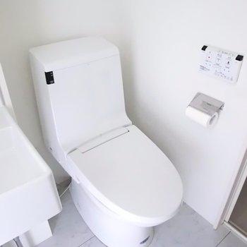 おトイレ併設。 ※別階反転間取り別部屋の写真です