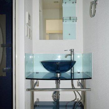 バスルームとお揃いのブルー洗面台!