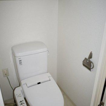 トイレはウォシュレット付き。頭上には収納も付いていて便利!