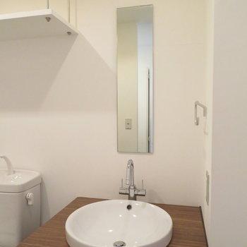 鏡は細いですが、ボウルのような洗面器は愛らしい