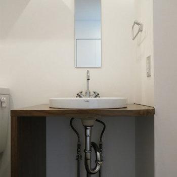 シンプルだけどかわいい洗面台。※写真は8階の同間取り別部屋のものです