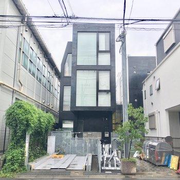 閑静な住宅街に突如現れた黒い建物