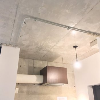 キッチンの天井は配管がむき出しに※写真は前回募集時のものです