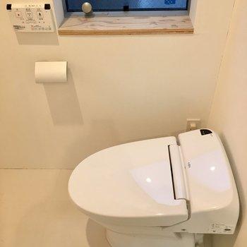 トイレの横に出窓の木の棚にディスプレイできそう。※写真は前回募集時のものです。