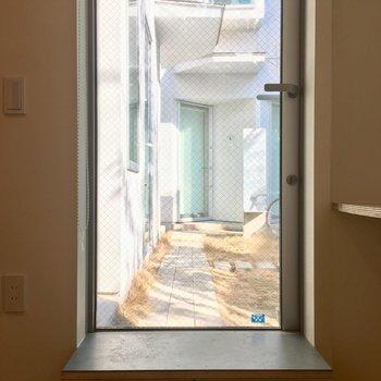 玄関ドアは全面ガラスで光を取り込みます。※写真は前回募集時のものです。