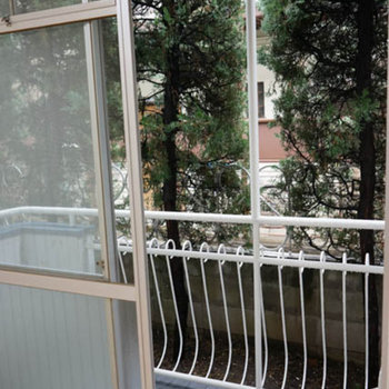 1階ですがベランダつき、ベランダ側も木が目隠ししてくれます。