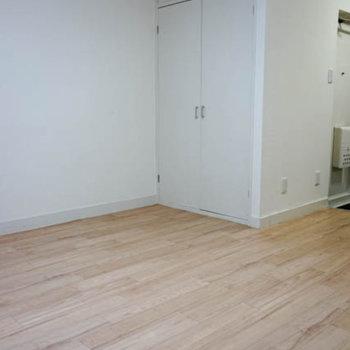 窓側から。白い床がナチュラルな雰囲気